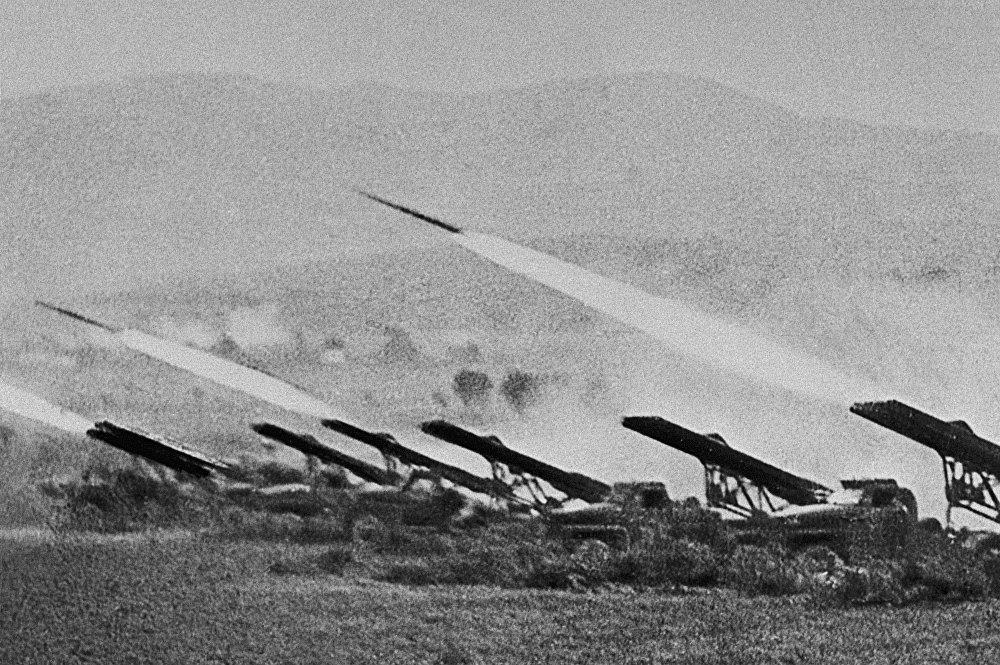 Des lance-roquettes multiples Katioucha frappent l'ennemi lors de la bataille de Stalingrad