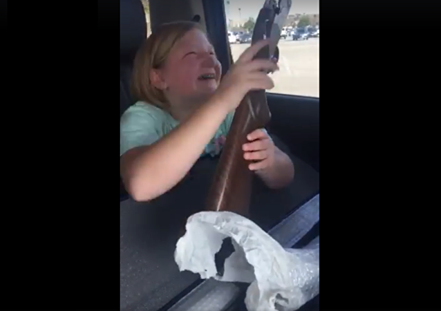 Une petite américaine pleure de joie après avoir reçu un cadeau, son premier fusil (vidéo)
