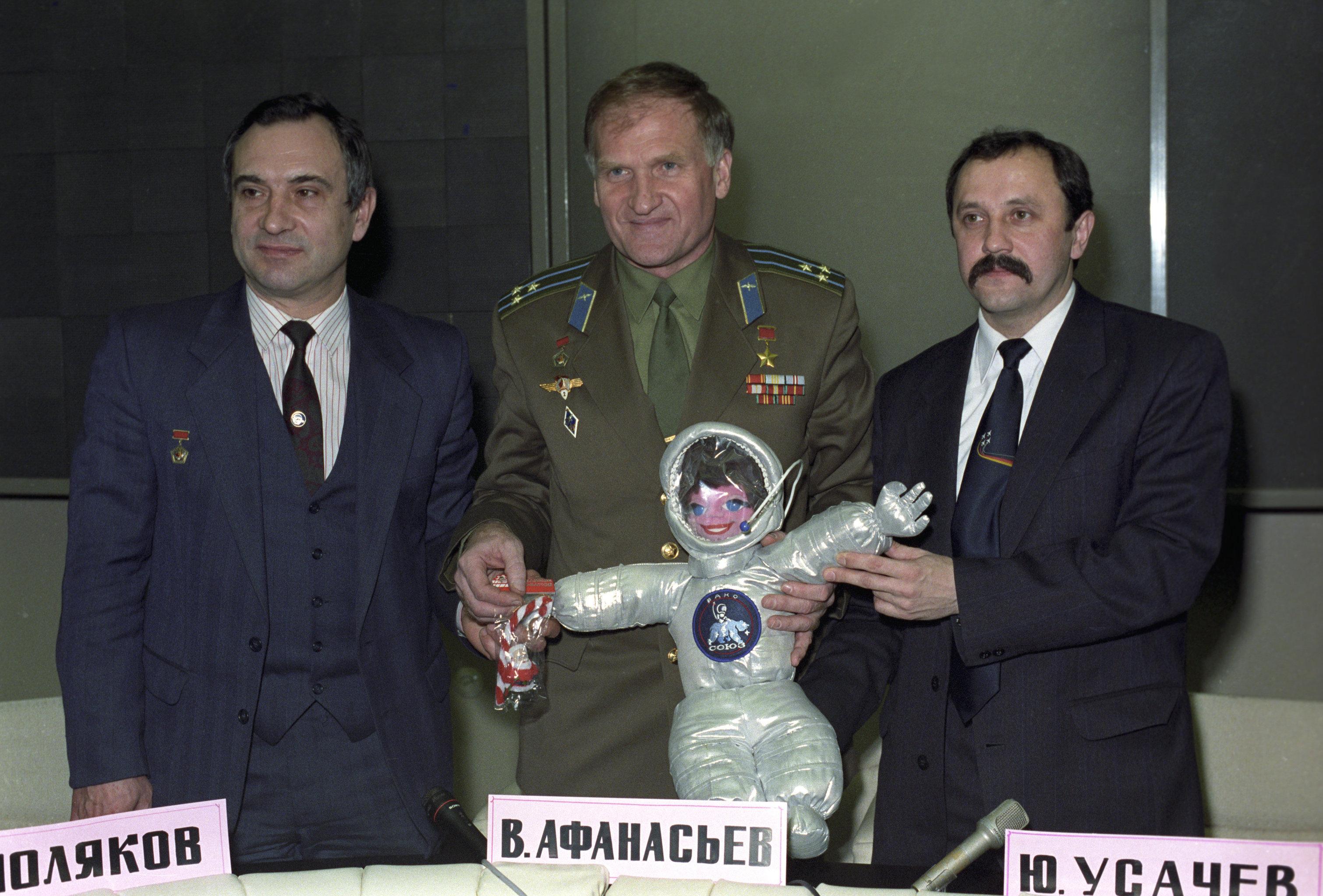 Iouri Oussatchev (à droite) et deux autres membres d'équipage du vaisseau Soyouz TM-18