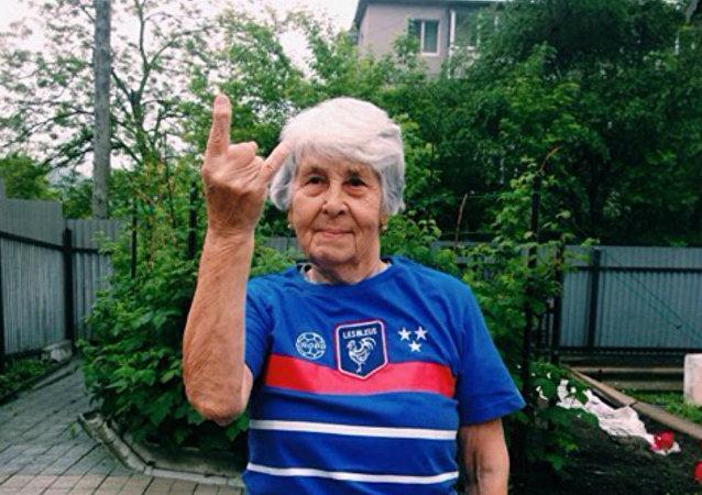 Cette mamie russe de 81 ans prouve qu'il n'est jamais trop tard pour conquérir le Web