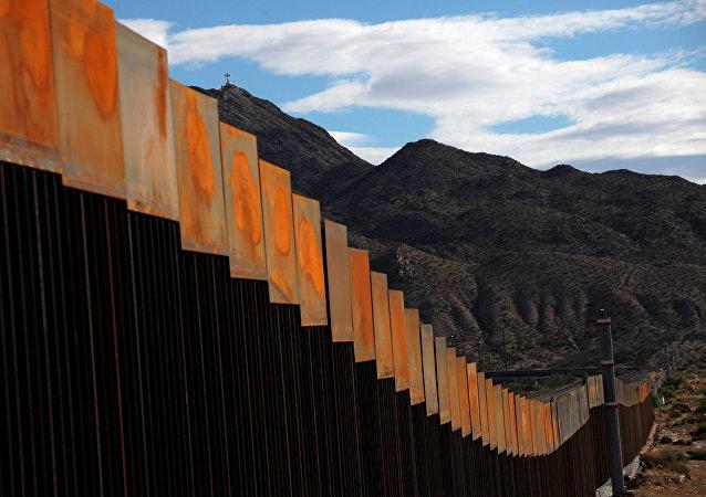 Una sección recién construida del muro en la frontera entre Estados Unidos y México