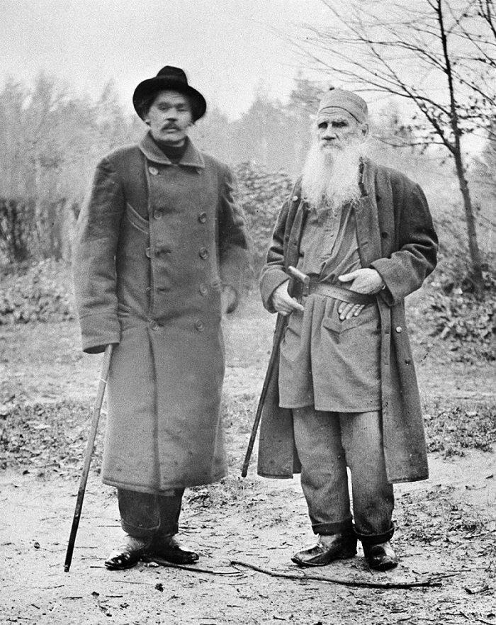 Les écrivains Léon Tolstoï et Maxime Gorki