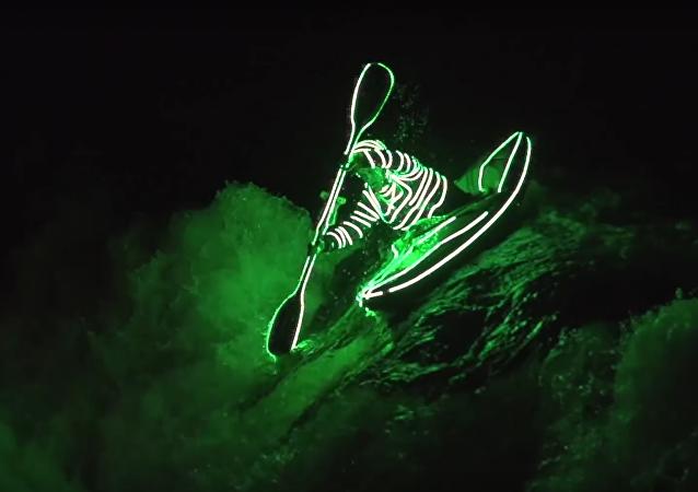 Descente en kayak avec des diodes LED