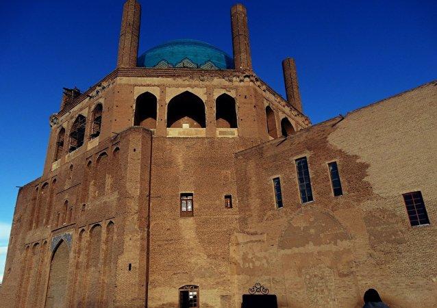 Le Dôme, qui se trouve dans une forteresse, a été gravement endommagé par un tremblement de terre au début du XIXe siècle.