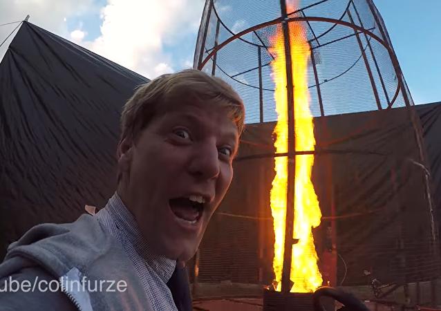 Un savant fou crée une tornade de feu de 6 mètres avec feux d'artifice à la clé