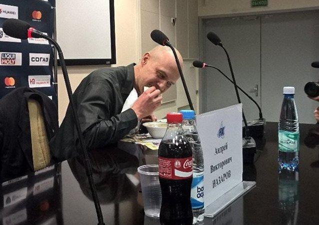 Un journaliste biélorusse mange son journal