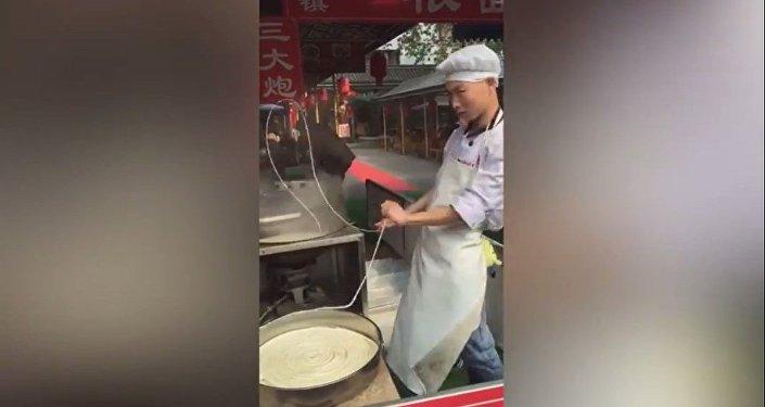 La danse des nouilles d'un chef chinois