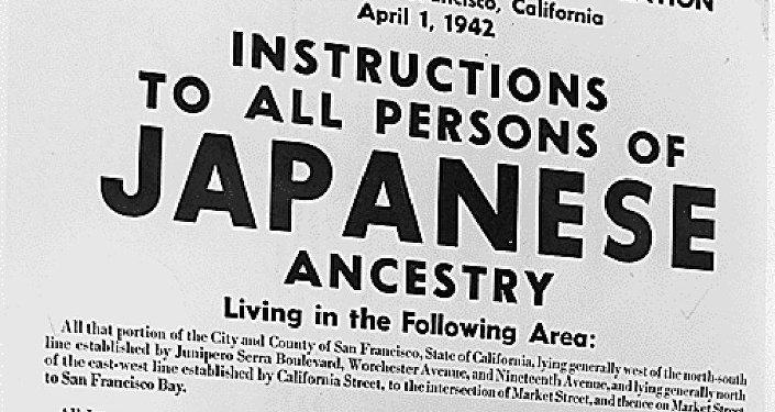 Pancarte présentant les personnes d'ascendance japonaise sommées de se présenter avant leur déplacement.