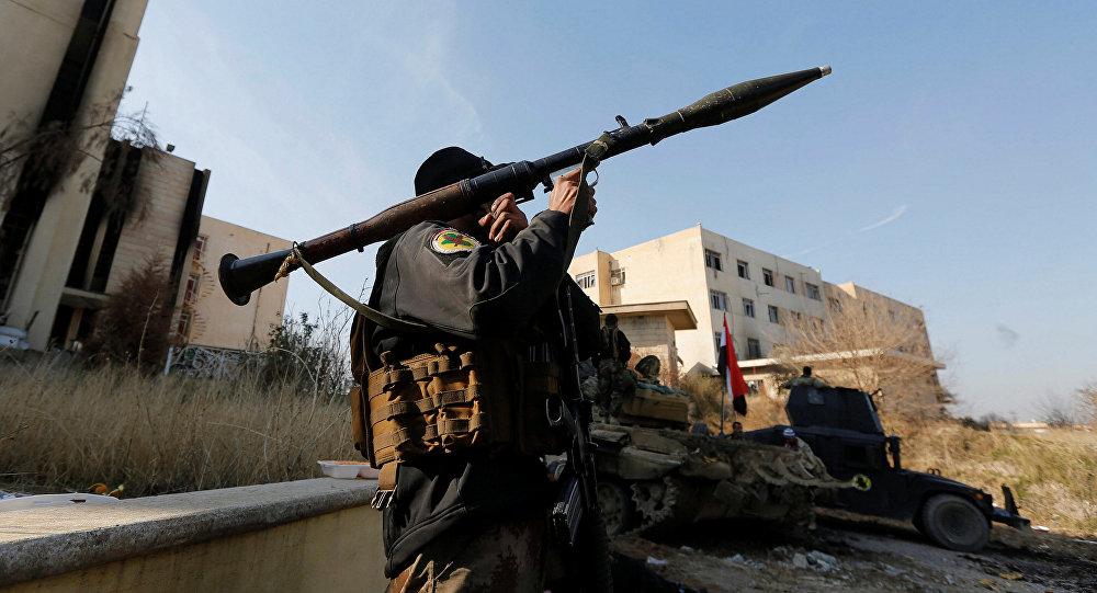 Un soldat irakien tire une roquette près de l'Université de Mossoul