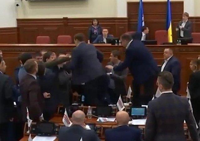 Klitchko intervient dans une bagarre à Kiev entamée… à cause de lui (VIDÉO)