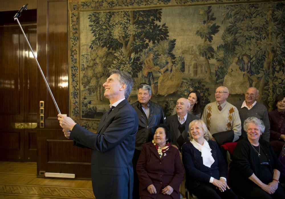 Le président argentin Mauricio Macri fait une selfie avec des retraités au palais présidentiel à Buenos Aires, en Argentine