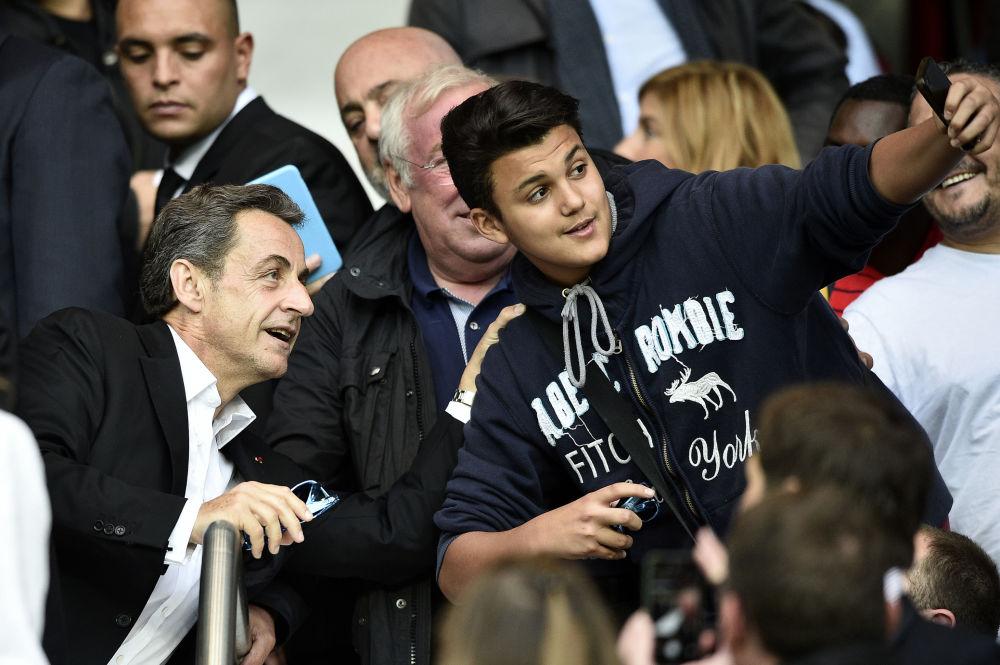 L'ex-président français Nicolas Sarkozy a consenti à poser avec les supporters pendant un match de football au Parc des Princes à Paris