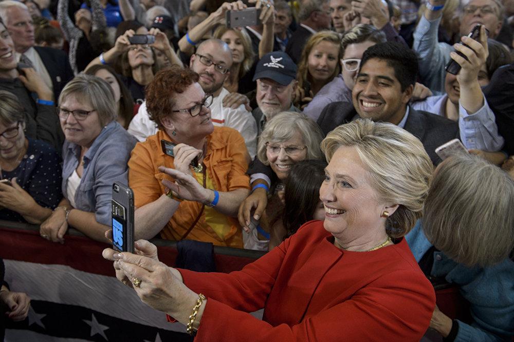 Hillary Clinton fait une selfie avec ses partisans à l'issue d'une rencontre dans le Michigan pendant la campagne électorale