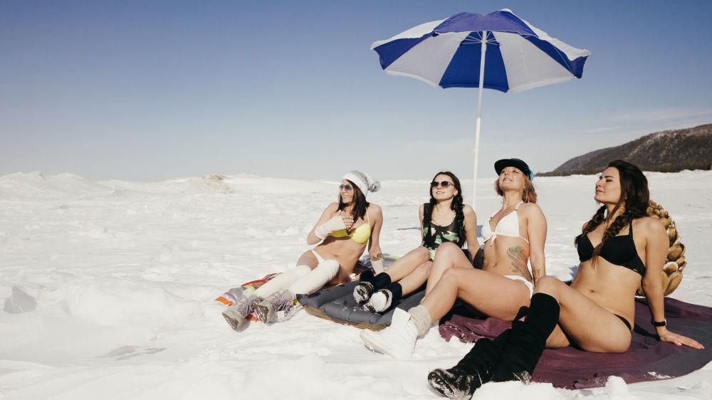 Les «plages» blanches du Baïkal: venez bronzer au frais!