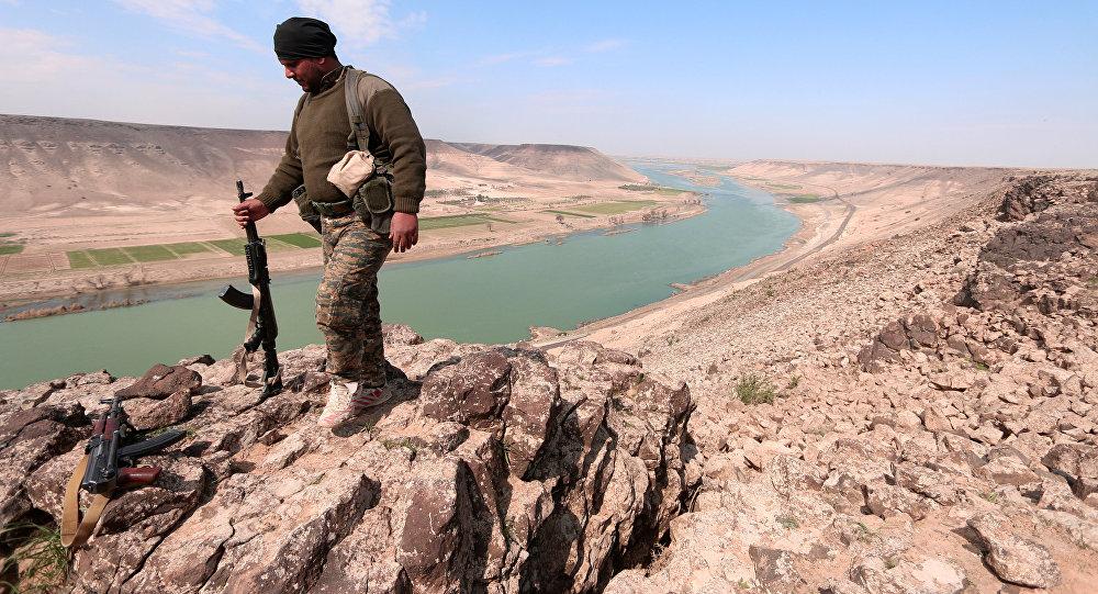 Un combattant des Forces démocratiques syriennes (FDS) pose pour une photo près de la rivière Euphrates, au nord de la ville de Raqqa, Syrie le 8 mars 2017