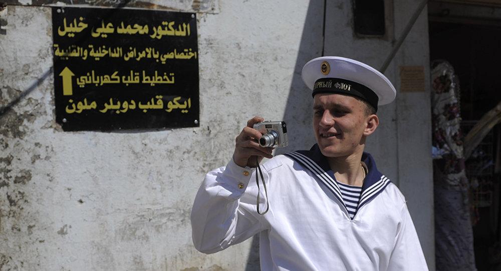 Un marin du croiseur russe Piotr Veliki lors d'une escale à Tartous