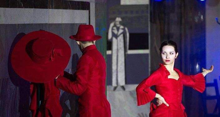 Quand la nuit tombe, les artistes de ballet s'emparent du métro de Moscou