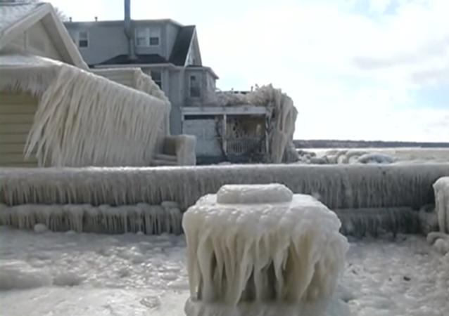 La tempête transforme une maison en château de La Reine des neiges