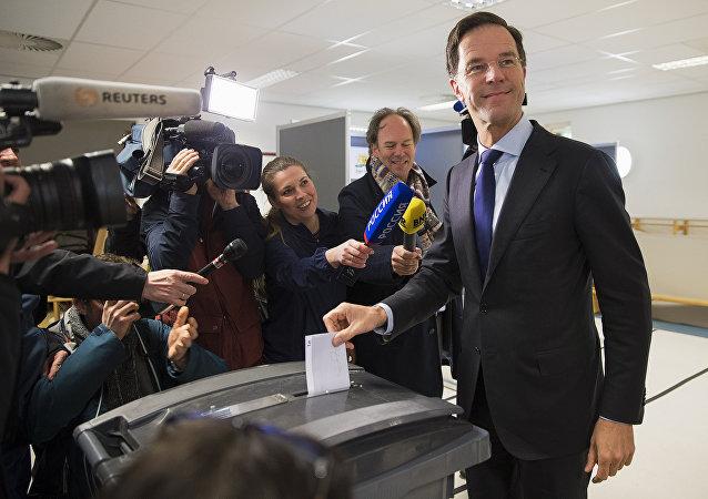 Aux Pays-Bas, la droite du PM Mark Rutte en tête des législatives