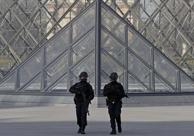 Les policiers près du Louvre