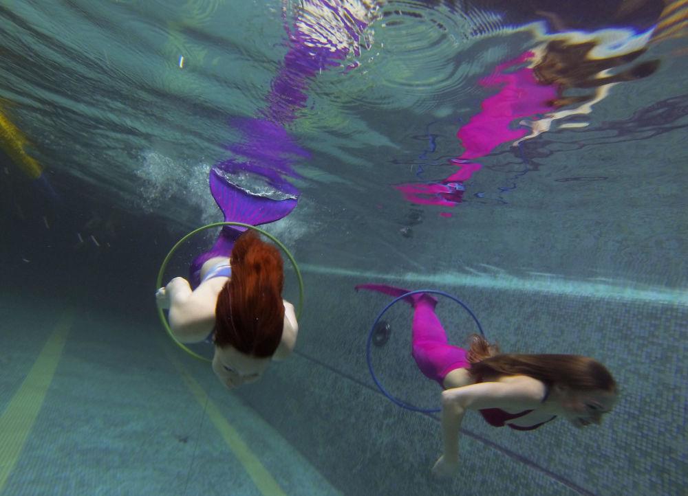 À l'école des sirènes il y a un cours spécial : la pose sous l'eau.