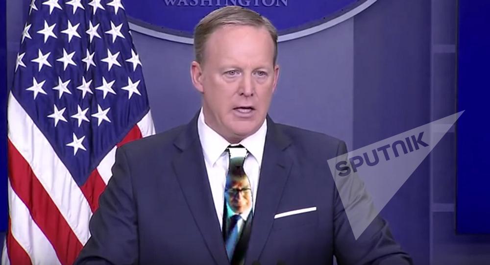 Sean Spicer a osé la cravate verte à la télé, et voici pourquoi ce fut une mauvaise idée