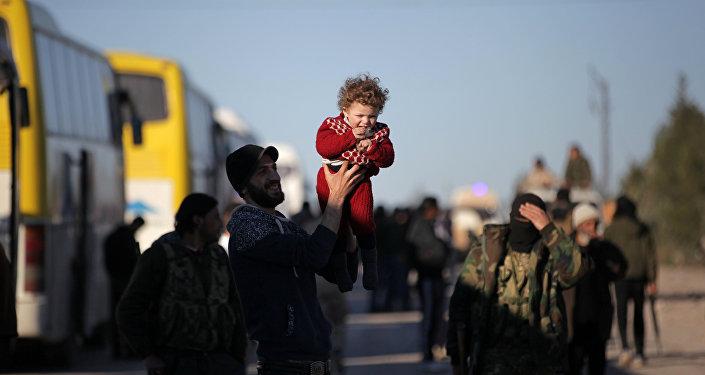 Syrie: 400 combattants et leurs familles évacués de Homs