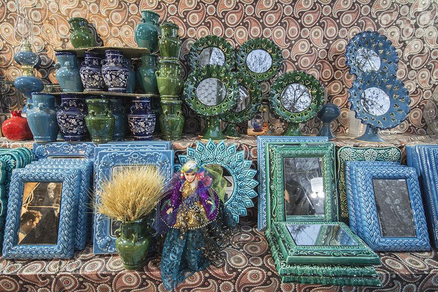 Des miroirs décorés avec la technique iranienne traditionnelle de vernis.