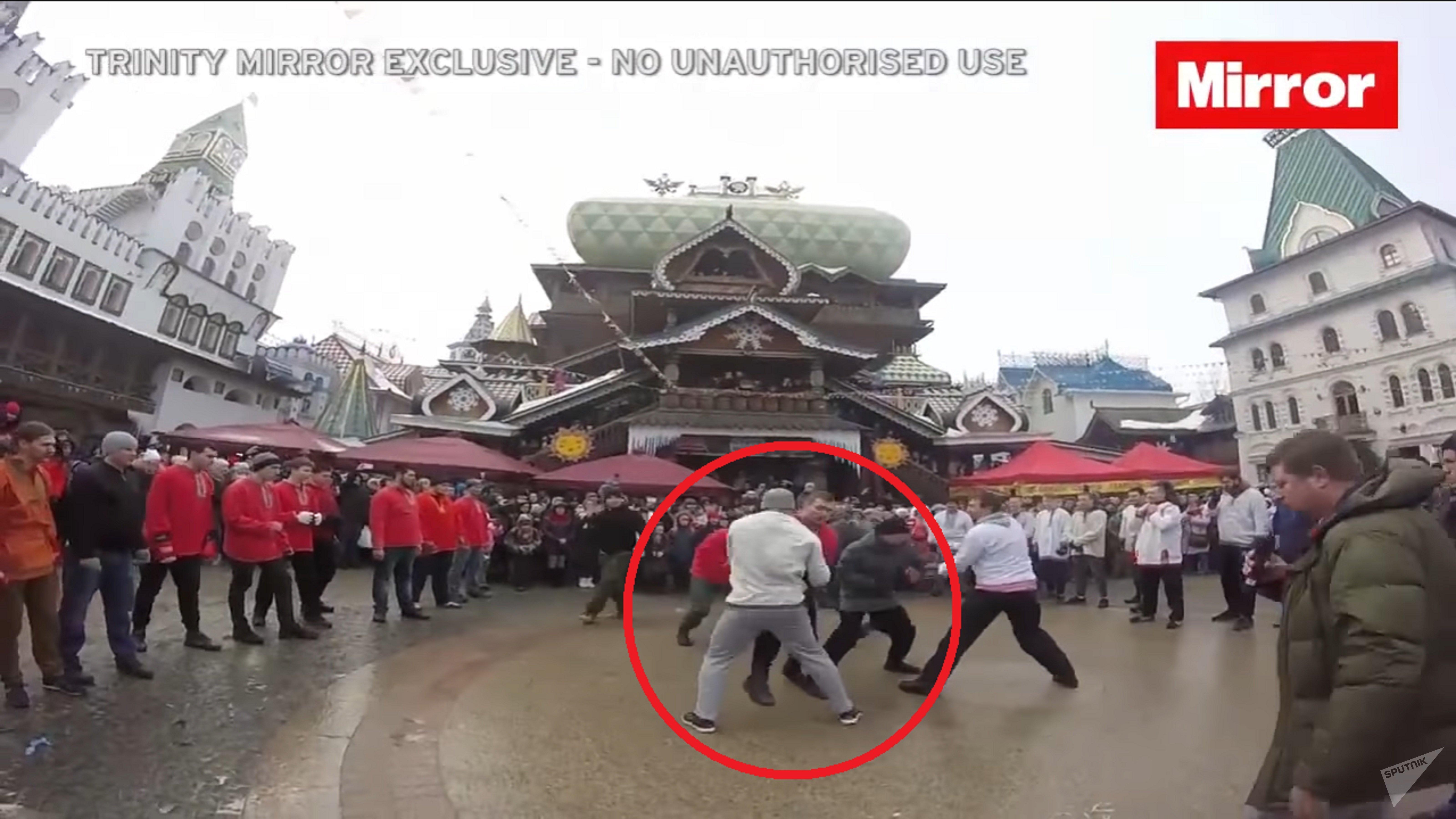 Dans sa vidéo, le Mirror montre ce hooligan vêtu en bonnet gris qui bat impitoyablement ces adversaires...