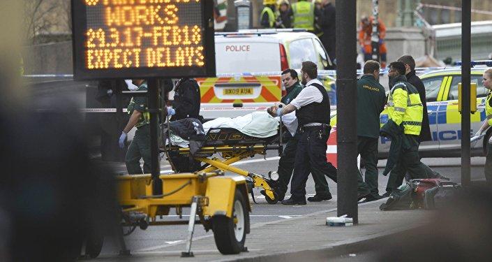 Les membres des services d'urgence transporte une personne blessée sur une civière après un incident sur le pont Westminster à Londres, Royaume-Uni