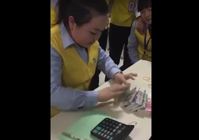 550 billets en 77 secondes, le talent exceptionnel d'un caissier