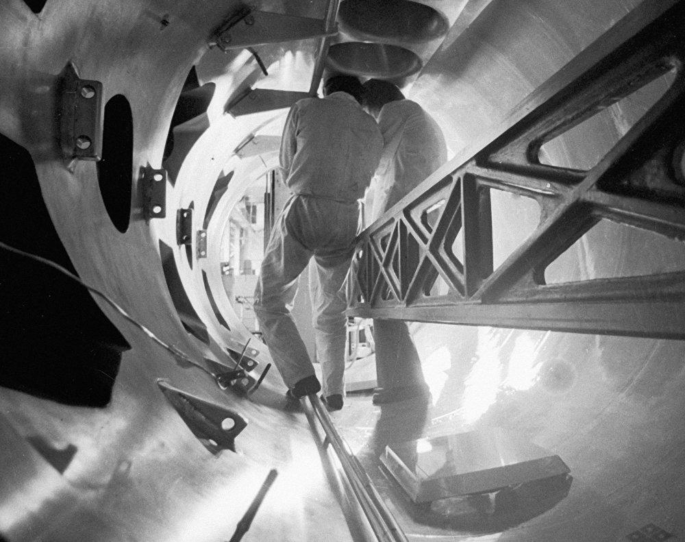 Le T-7, le premier tokamak du monde (chambre torique de confinement magnétique destinée à l'étude des plasmas) doté de bobines supraconductrices à l'Institut Kourtchatov de l'énergie atomique