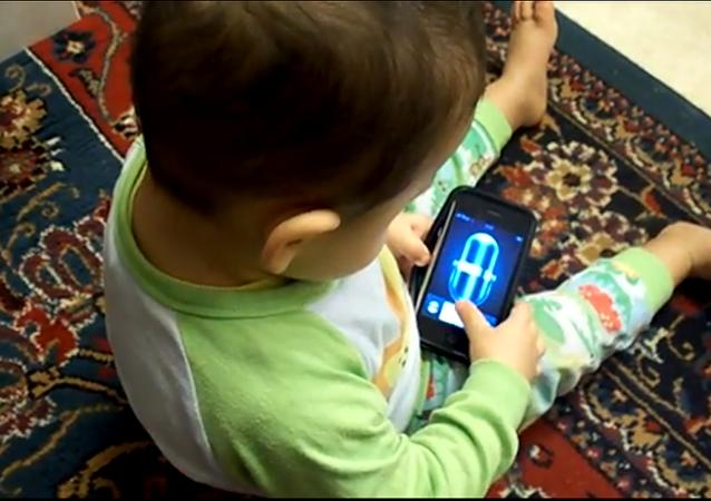 un enfant avec un iPhone