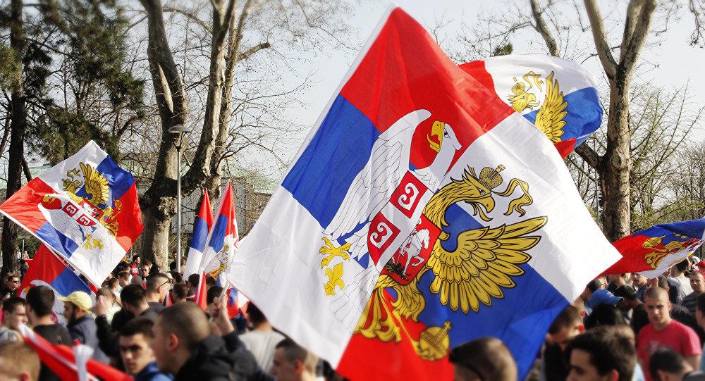 Навијачи Спартака из Москве и Црвене звезде са заједничком заставом Србије и Русије.