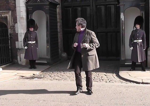 Un touriste français fait le pitre en face du Palais Saint James