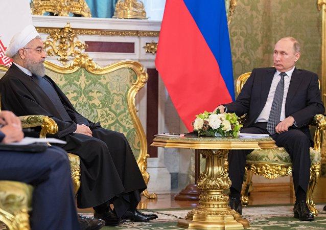 Vladimir Poutine à droite, Hassan Rohani à gauche