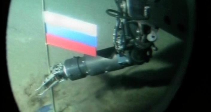 Un opérateur de mini-sous-marin russe plante une capsule de titane avec le drapeau russe pendant une plongée record dans l'océan Arctique sous la glace au pôle Nord