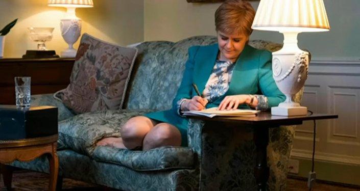 Nicola Sturgeon écrivant la lettre à Theresa May