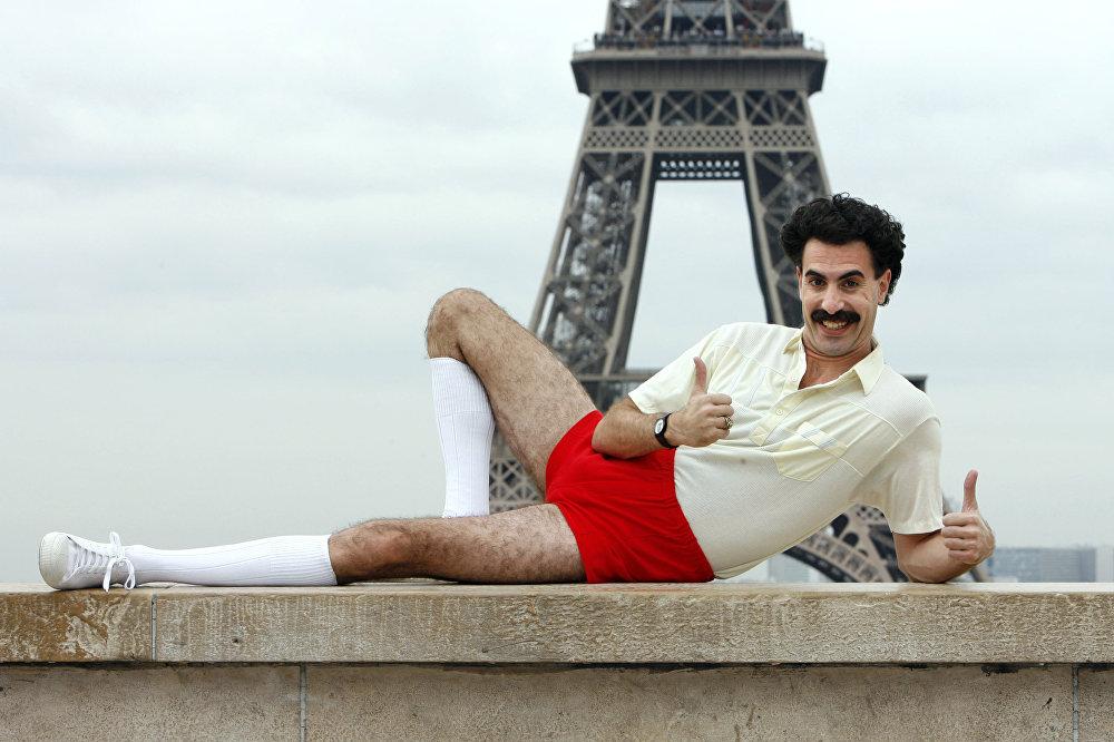 Le comédien britannique Sacha Baron Cohen pose devant la Tour Eiffel le 9 octobre 2006.