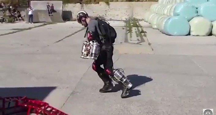 Richard Browning invente un costume d'Iron Man