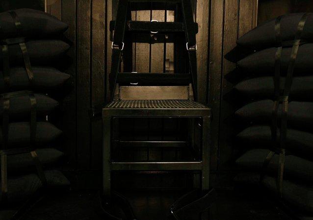 Les trous de balle  dans le panneau de bois derrière la chaise dans la chambre d'exécution de la prison de l'État de l'Utah après que Ronnie Lee Gardner a été exécutée par un peloton de tir