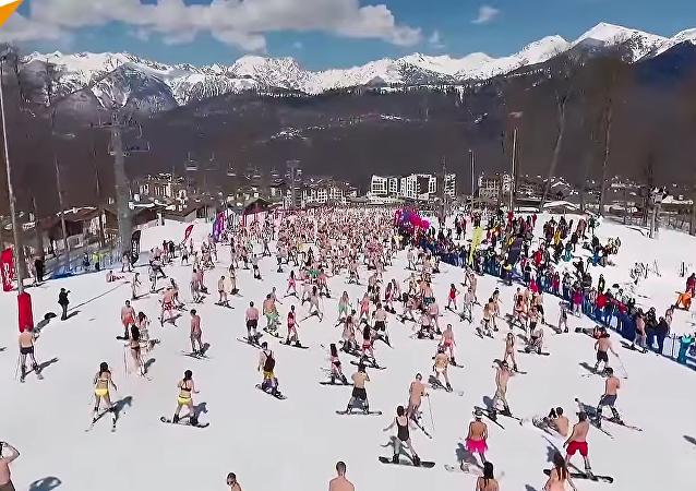 Le carnaval Boogel Woogel : les skieurs en maillot de bain, les snowboardeurs en slip