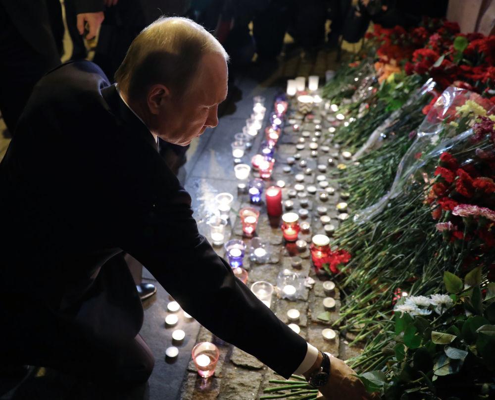 Le président russe Vladimir Poutine dépose des fleurs à la station de métro Technologuitcheski Institout à Saint-Pétersbourg