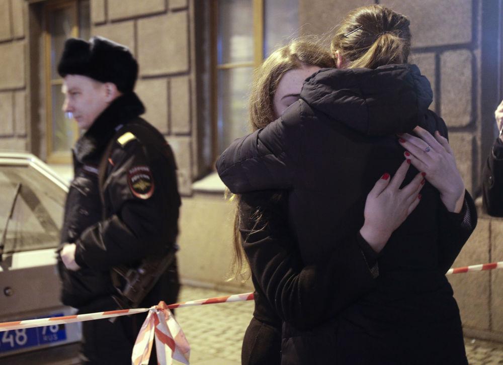 Des jeunes femmes devant la station de métro Teckhnologuitcheski Institout à Saint-Pétersbourg