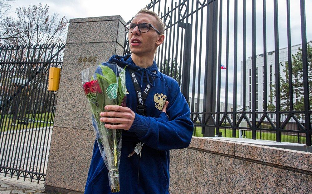 Des fleurs et des bougies en mémoire des morts dans le métro de Saint-Pétersbourg