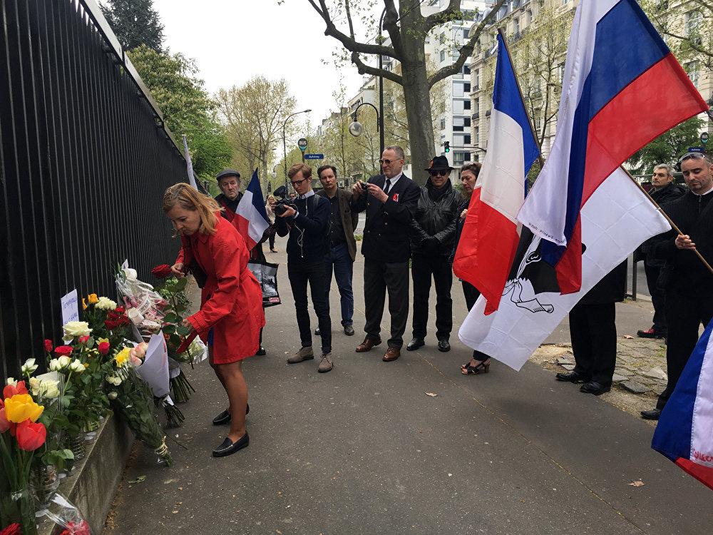 Des Parisiens apportent des fleurs à l'ambassade de Russie en mémoire des victimes de l'explosion à Saint-Pétersbourg