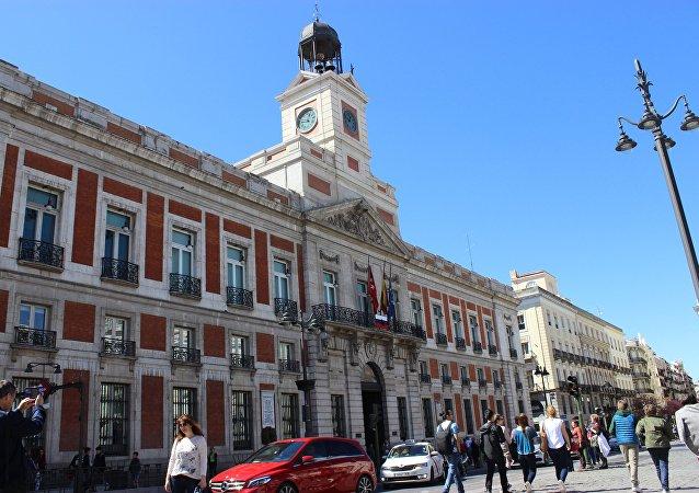 Un drapeau russe érigé à Madrid en hommage aux victimes de l'attentat de Saint-Pétersbourg