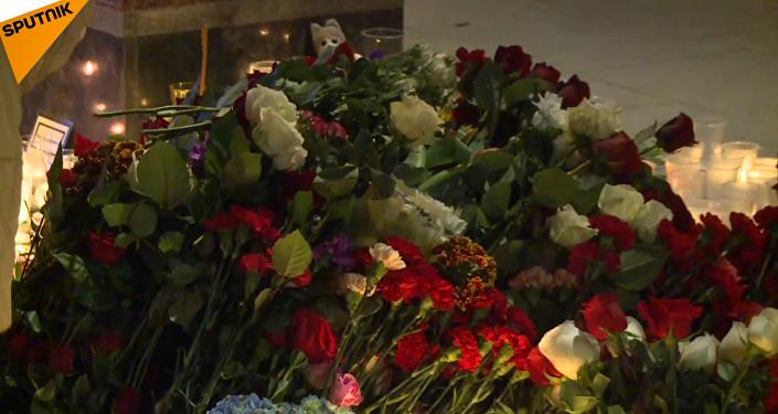 Les gens déposent des fleurs en mémoire des victimes de l'explosion de Saint-Pétersbourg