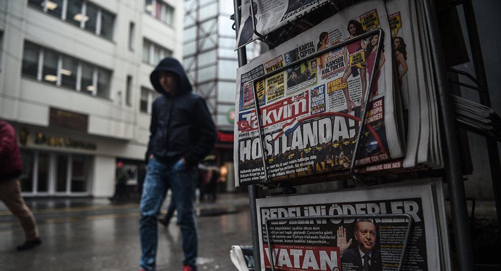 Une personne passe devant un kiosque de journaux montrant ses premières pages portant les titres concernant les tensions diplomatiques entre la Turquie et les Pays-Bas, exposées à Istanbul le 13 mars 2017