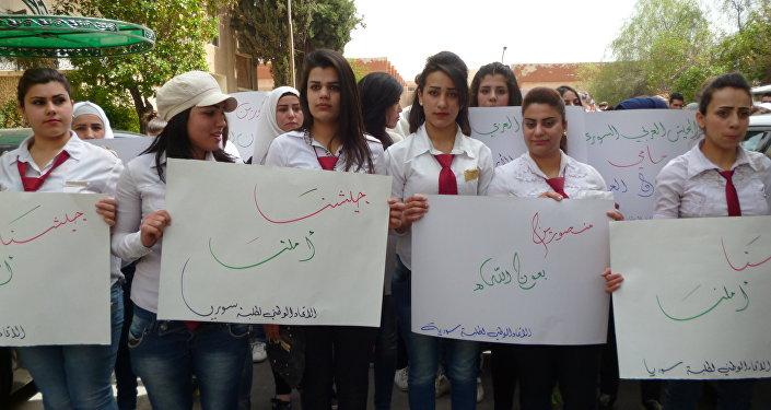Les étudiants de Damas manifestent contre les frappes US à Shayrat